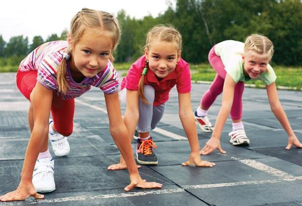 koşu yapan çocuklar