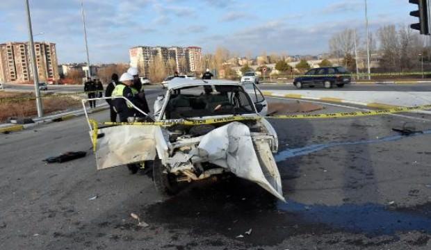 Otomobil ile TIR çarpıştı: 1 ölü, 2 yaralı
