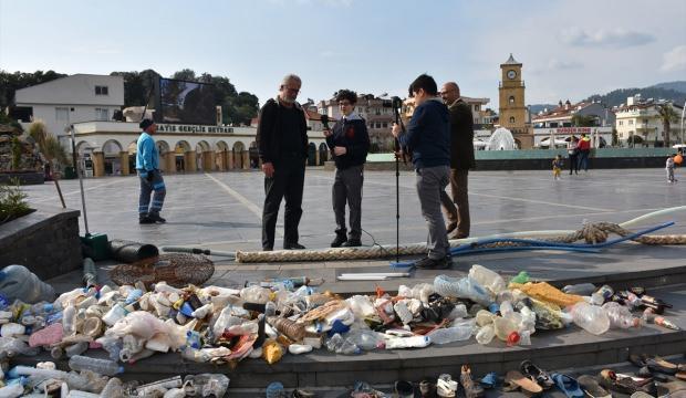 Öğrenciler topladıkları çöpü meydanda sergiledi