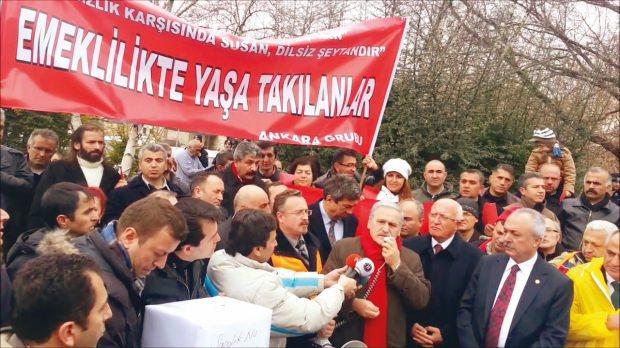 EYT'li vatandaşların sesini duyurmak iddiasıyla kurulan Emeklilikte Yaşa Takılanlar Sosyal Yardımlaşma ve Dayanışma Derneği'ni finanse edenlerin başında CHP'li belediyeler geliyor.