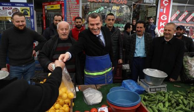 Ömer Arısoy pazarcı önlüğünü giyerek satış yaptı