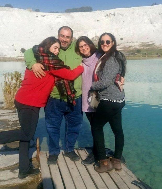 Nazlı Çiçek (en sağda) ailesiyle...