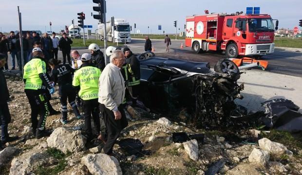 Tekirdağ'ın Saray ilçesinde tır ile otomobilin çarpışması sonucu otomobil sürücüsü ağır yaralandı. Lüks otomobil ile tırın karıştığı kazada tır ikiye bölündü. ile ilgili görsel sonucu