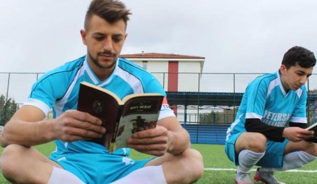 Hakem düdüğü çaldı, futbolcular kitap okumaya başladı
