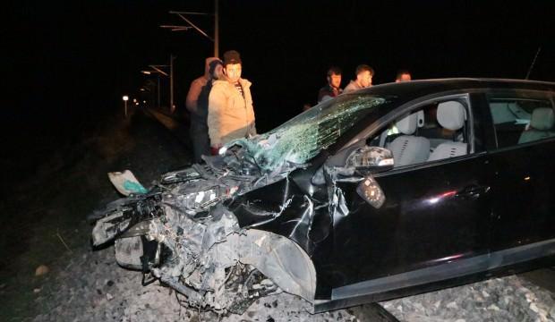 Tren otomobili biçti, 2 kişi son anda kurtuldu