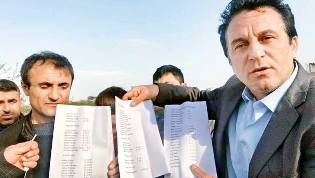 Vatandaşlar evlerine gelen seçmen kağıtlarının listesini tutarak, söz konusu kişilerin mahallede oturmadığını söyledi.