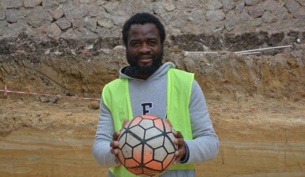 Futbol için geldi, inşaat işçisi oldu