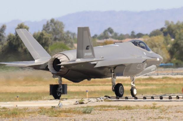 ABD'nin Luke Hava Üssü'nde eğitim uçuşlarına devam eden Türkiye'ye ait F-35 jeti böyle görüntülendi...