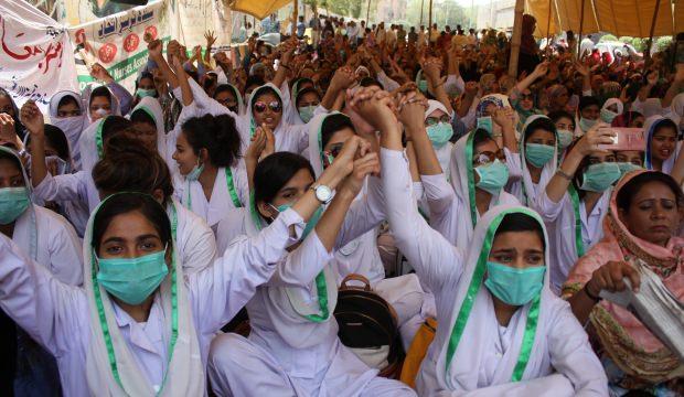 Pakistan'da gösteri yapan hemşirelere gözaltı