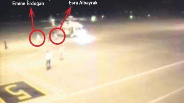 Cumhurbaşkanı Erdoğan, eşi Emine Erdoğan, Bakan Berat Albayrak,eşi Esra Albayrak ile çocukları Ahmet Akif, Marmaris'ten Dalaman'a gelen helikopterden ATA uçağına transfer olurken görülüyor.