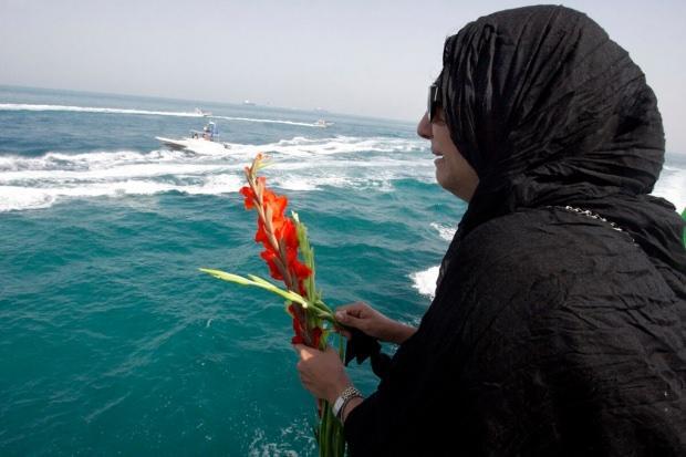 Yakınlarını kaybedenler her sene bölgeye gelerek uçağın düştüğü yere çiçekler bırakıyor...