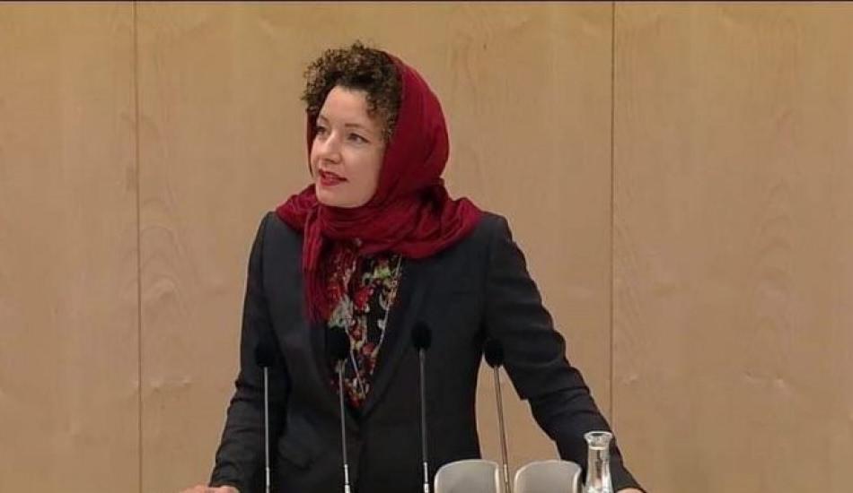 Avusturyalı Milletvekili Martha Bissmann başörtü yasağını Meclis'te protesto etti