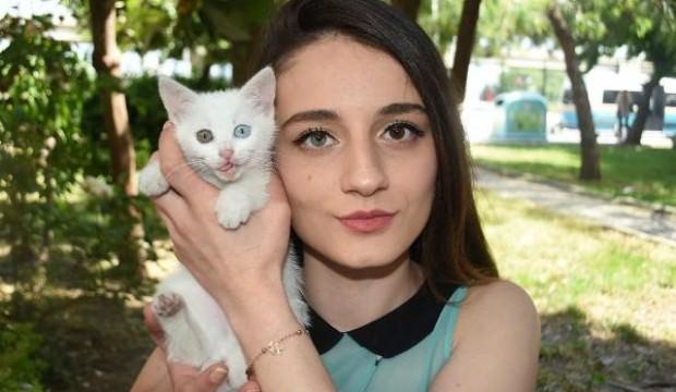 Sahibinin de kedisinin de gözleri farklı!