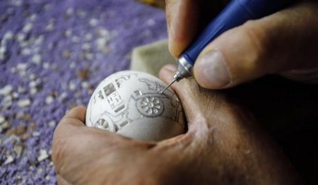 Yumurtaları delerek sanat eserine çeviriyor