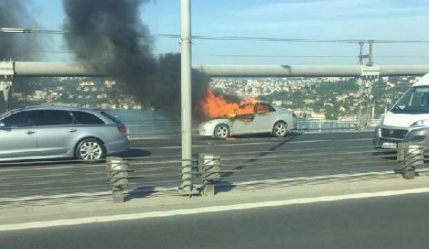 Aracını ateşe verdi sonra köprüden atladı