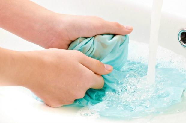 Renk veren çamaşırın lekesi nasıl temizlenir?