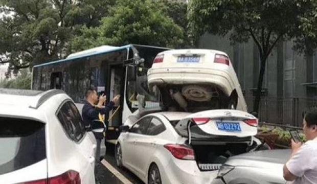 Çin'de otobüs kontrolden çıktı, 10 araç birbirine girdi