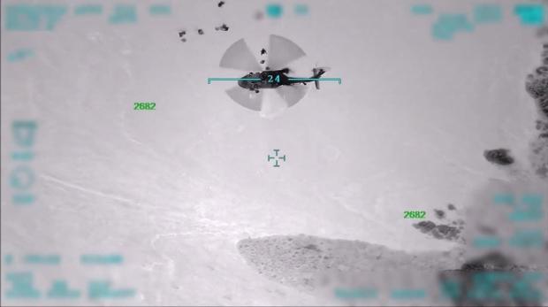 Operasyona destek veren hava unsurları, komandoları alana indirdi.