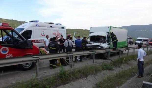 Kamyonet önündeki kamyona çarptı: 4 yaralı