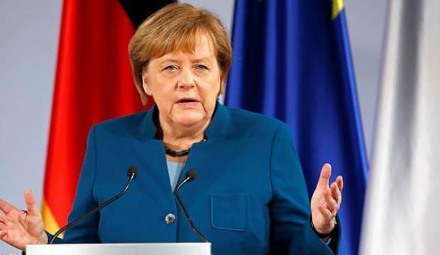 Merkel'den inanılmaz itiraf! 'Elimiz mahkum'