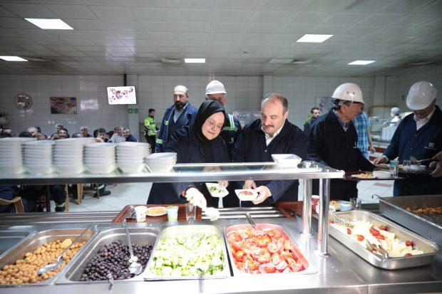 Bakan Zehra Zümrüt Selçuk ve Mustafa Varank, sahur yemeği için sıraya girdiler.