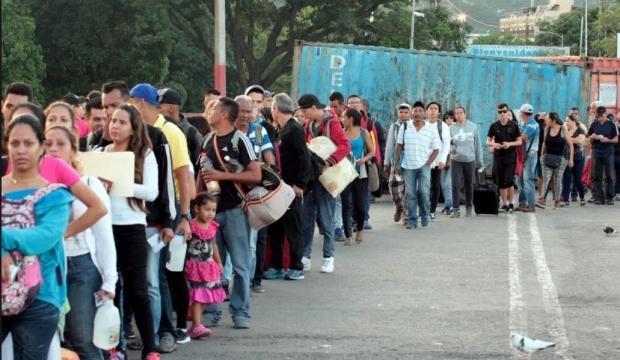 Binlerce kişi ülkeyi terk ediyor!