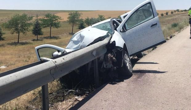 Konya'da feci kaza: Bariyer otomobile ok gibi saplandı