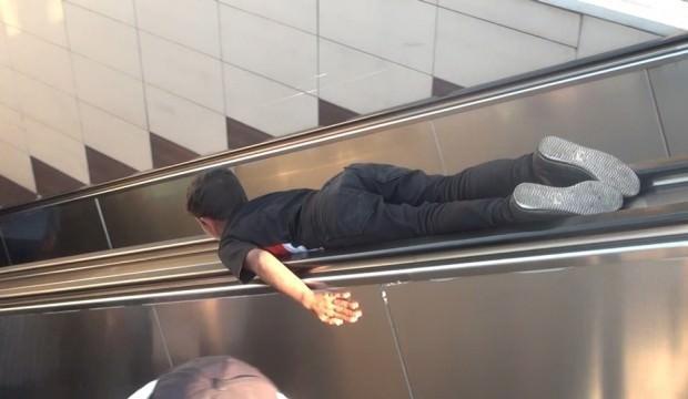 Taksim metrosunda korku dolu anlar: Hayatlarını tehlikeye attılar