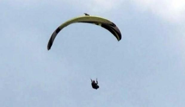 Yamaç paraşütçüsüne havada şahin saldırdı