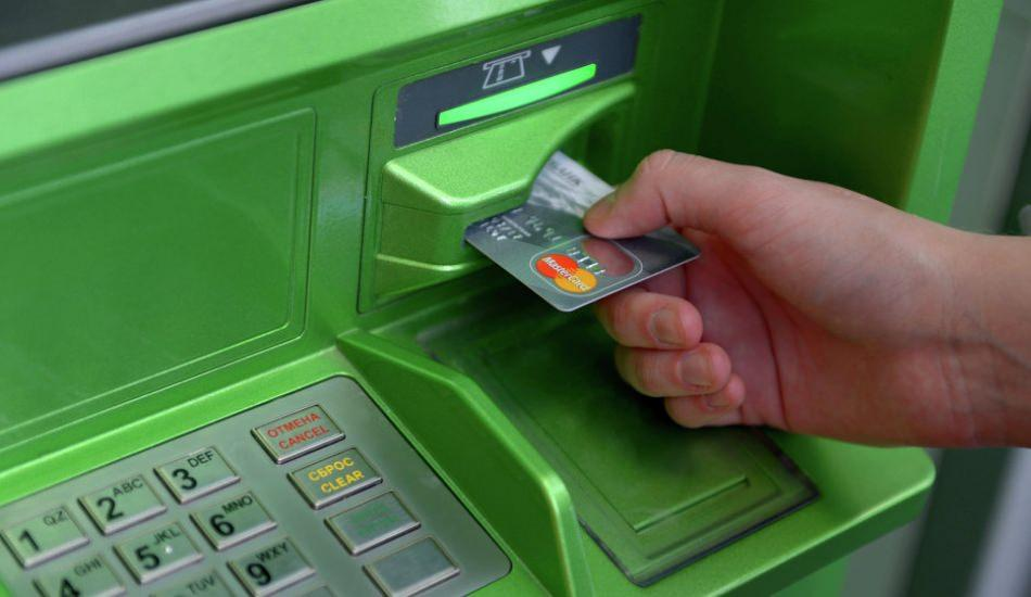 İngiltere'de bir ATM para saçıyor!