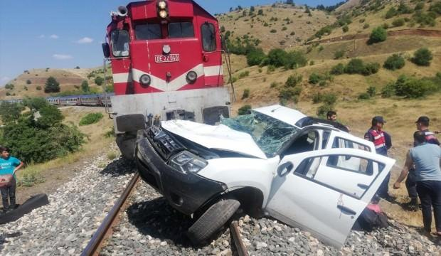 Trenin çarptığı araç 300 metre sürüklendi: 1 ölü 2 yaralı