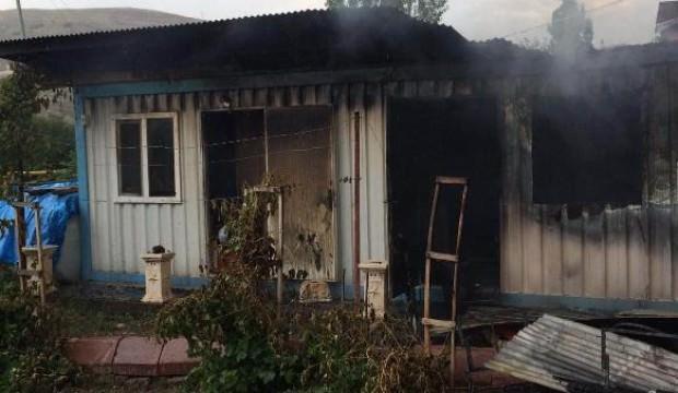Yıldırımın isabet ettiği ev ve depo yandı