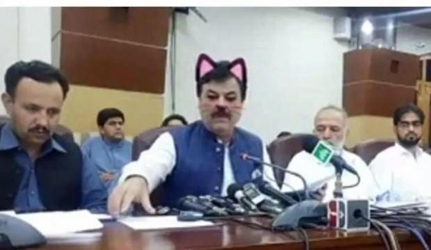 Pakistanlı bakanın bu görüntüsü ortalığı karıştırdı