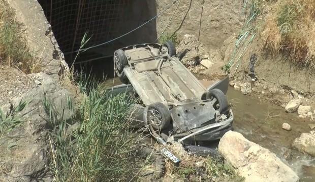 Otomobil dereye devrildi: 3 ağır yaralı