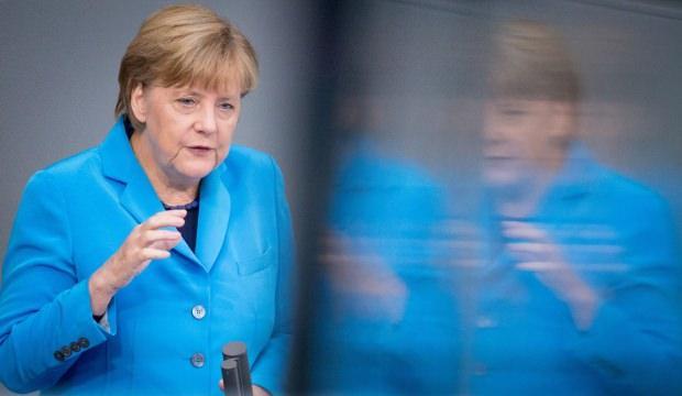 Merkel yine korkuttu: Yanına aldığı kitap endişeleri artırdı!