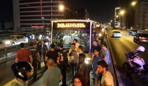 Metrobüs kaza yaptı, seferler durdu!
