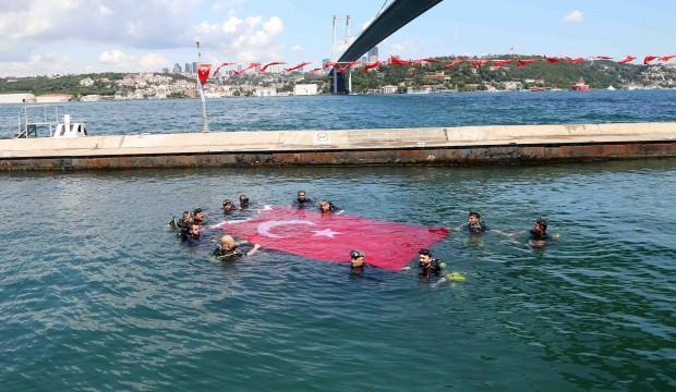 15 Temmuz gazileri İstanbul Boğazı'nda Türk bayrağı açtı