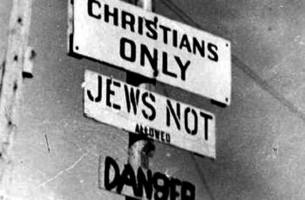 """""""Sadece Hristiyanlar girebilir, Yahudiler giremez"""" yazan bir tabela."""
