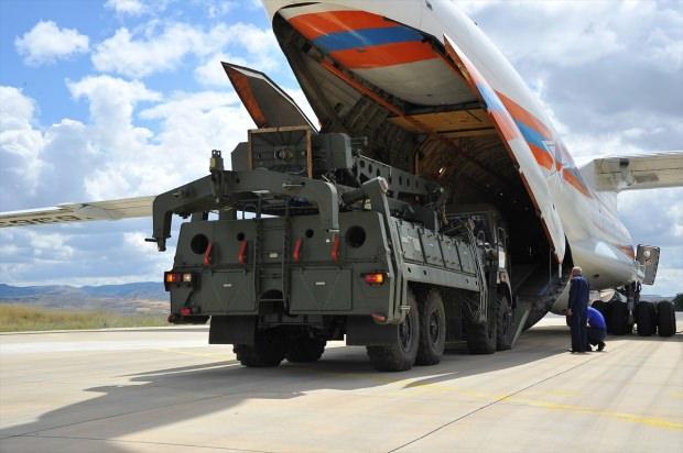 S-400'lerin birinci grubu dünyanın en büyük askeri nakliye uçağı Antonov An-124 ile Ankara'ya indirildi...