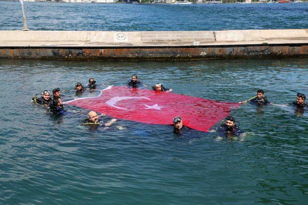 Gaziler, Boğaz'ın yüzeyinde Türk bayrağı açtı.