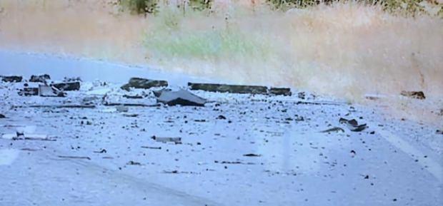 Operasyonun ardından etrafa saçılan asfalt parçaları.