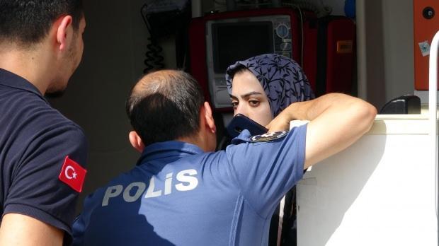 Kurtarılan genç kıza ilk müdahale ambulansta yapıldı.