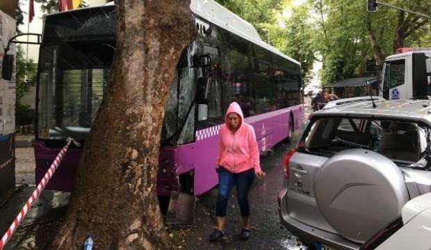 Duramayan minibüs önce cipe sonra ağaca çarptı: 4 yaralı