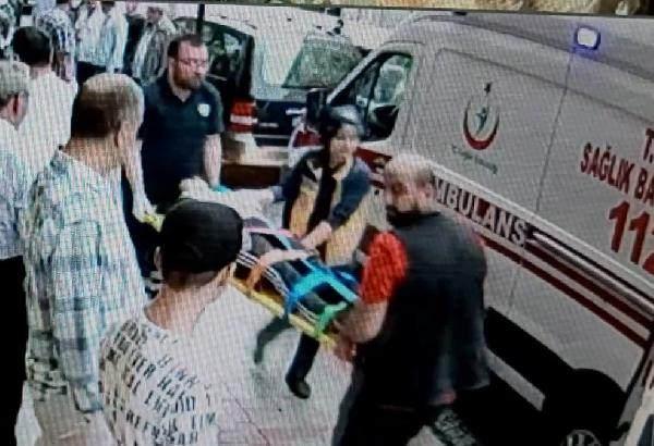 Genç kızın ambulansla hastaneye kaldırıldığı anlar güvenlik kameraları tarafından kaydedildi.