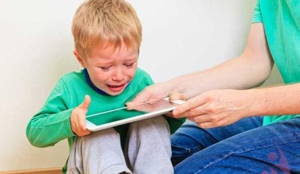 Cep telefonuyla oynayan çocukları bekleyen tehlike