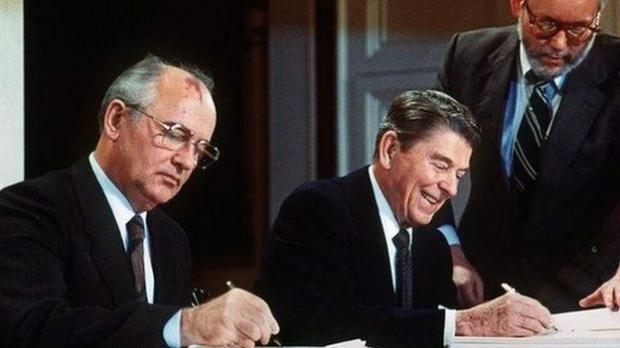 INF'yi Sovyetler Birliği lideri Gorbaçov (solda) ve ABD Başkanı Reagan 1987 yılında imzaladı