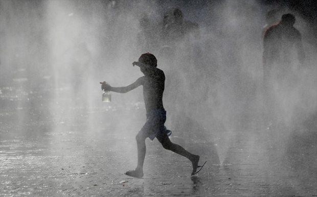 Rekor sıcaklıkların vurduğu İspanya'da bir çocuk serinlemek için keyifli bir yol bulmuş.