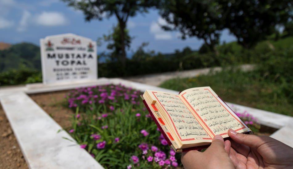 Kabir ziyareti duası nedir? Mezarlıkta hangi dualar okunur? Mezara çiçek ekmek...