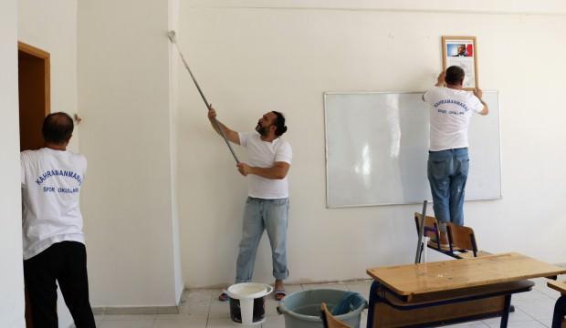 Eline fırça alan öğretmenler okulu boyadı