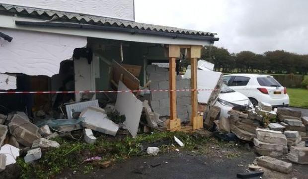 Evlerine 3 yılda 17 kez otomobil çarptı!